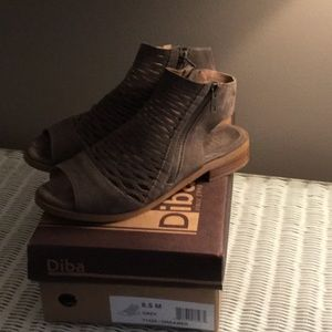 Diba gray suede sandal, size 8:5
